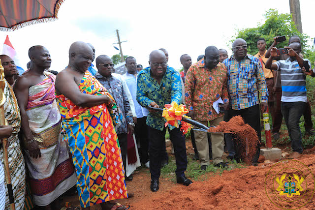 President Akufo-Addo cutting the sod of the construction of the Sefwi Wiawso town roads