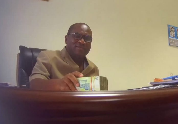 Robert Sarfo-Mensah being given the bribe at his office by Tiger Eye PI team