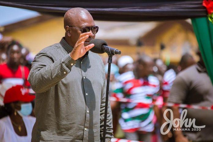 Mr John Mahama addressing fishers at Nyanyanor