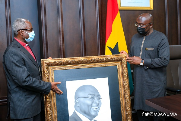 Dr Mahamudu Bawumia receiving the award