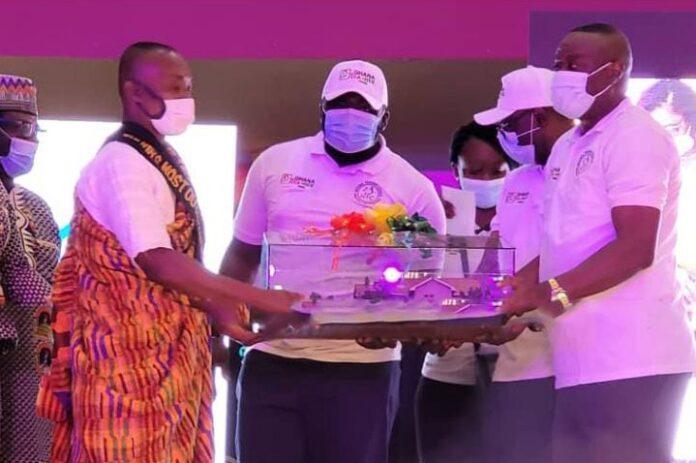 Ebenezer Kojo Otoo receiving his award as the best teacher